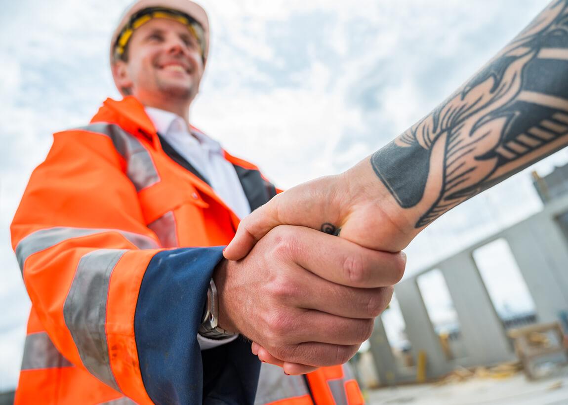 Handschlag auf Baustelle