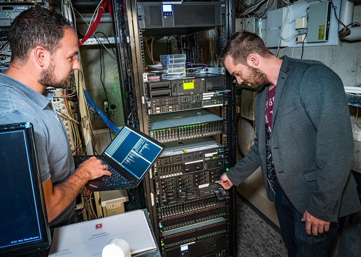 IT Experten im Serverraum
