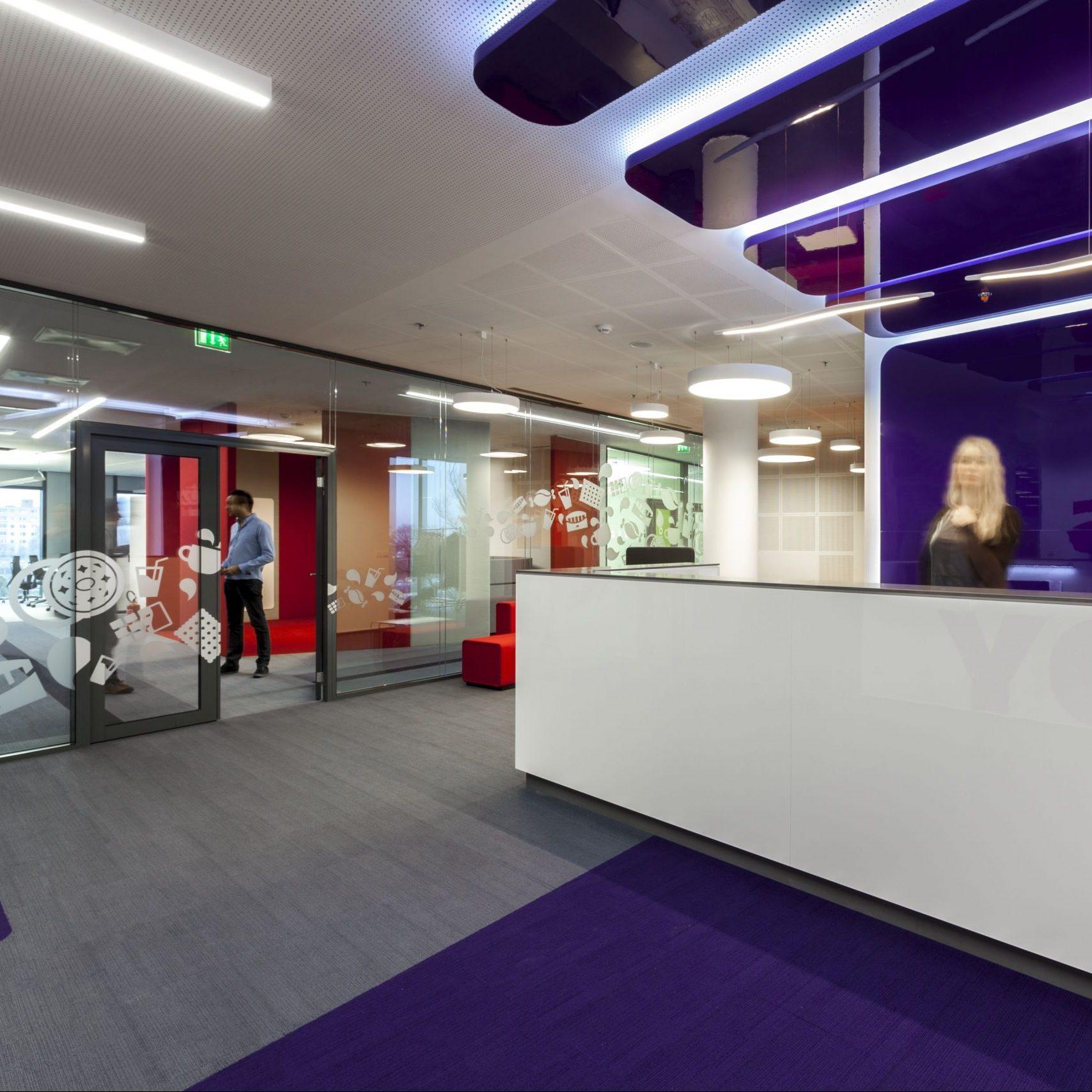 Empfangsbereich im modernen Bürogebäude