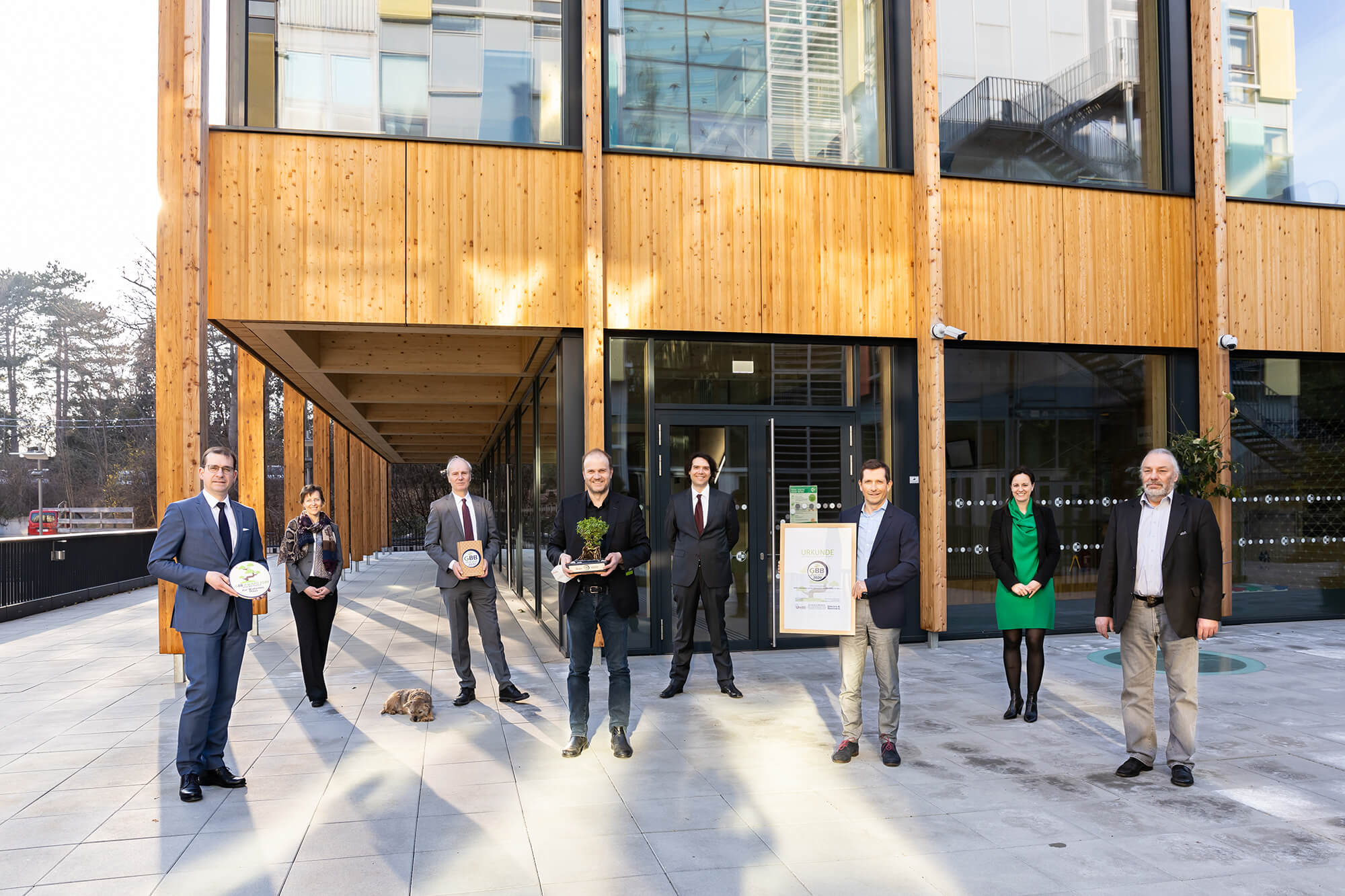 Awardverleihung vor dem BOKU Gebäude