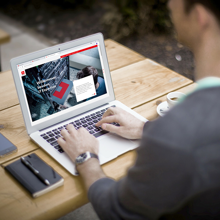 Home Office mit Laptop